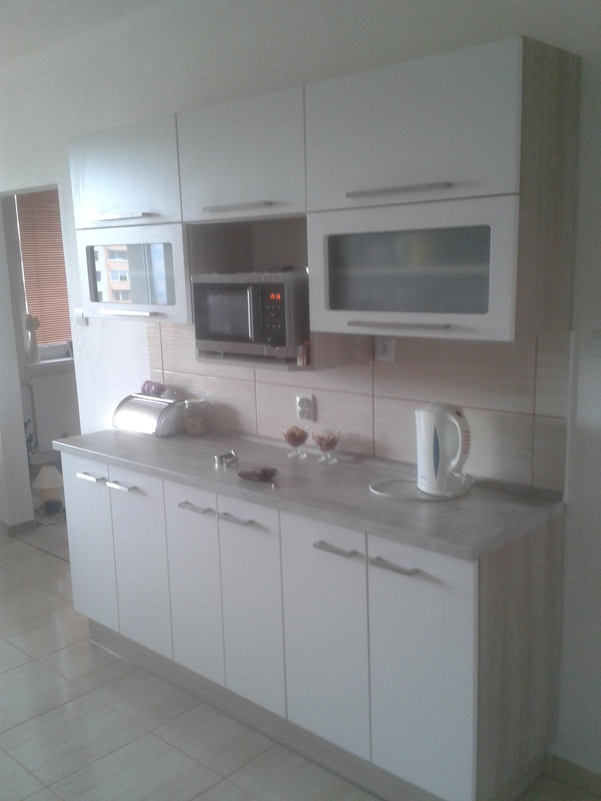Prerábka bytu - druha strana kuchynskej linky zavesená na obývačkovej stene