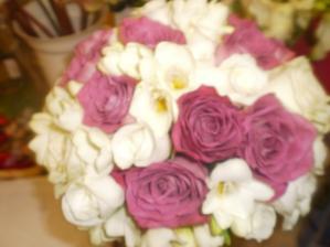 svadobna kytica,fialkove ruze,biele ruze,biele frezie