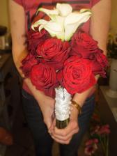 svadobna kytica ,biele kally a cervene ruze