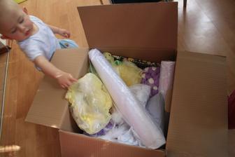 rozřazování do krabic, obřad, hostina, nevěsta tohle je krabice obřad...zatím ta největší a ten největší pomocník!!!
