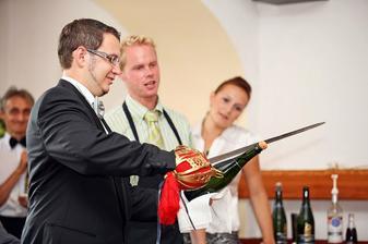 Someliér učil ženicha, jak se seká šavlí hrdlo šampaňského. Podařilo se mu to napoprvé - jako Pájovi!