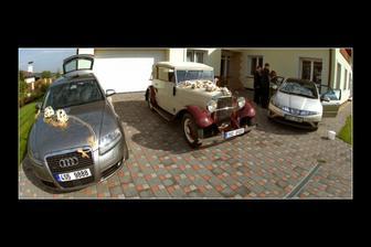 Obě autíí, ženichova audinka a veterán pro něvěstu