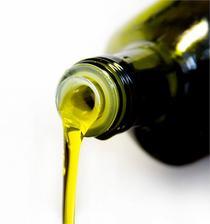 OLIVOVÝ OLEJ - čistí akné - 4 lžice soli + 2 lžice olivového oleje, smíchat, nechat působit 2 minuty, poté umýt mýdlem a vodou (sůl vyčistí póry, olej pleť vyživí)