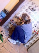 Tak jsme vše vyklidili, a začali v kuchyni... V plánu byla malá kancelář.. Plány se změnily a teď, po roce, zde je nová kuchyň :)