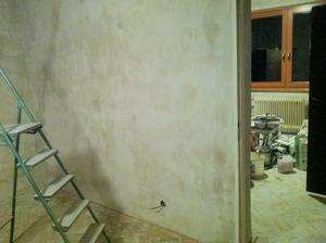 Obývák, nové stěny jsou nahozeny... Za dveřmi pohled do ložnice, kde je už taky dokonáno :)