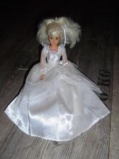 Zásnuby se konaly o mé loňské narozeniny a takhle panenka byla součástí narozeninového dortu od maminky a ségry...myslím, že na autě nesím chybět :-)