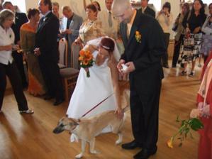 Ťapka se přišla podívat k oltáři na novomanžele
