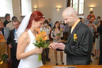 novopečený manžel navléká novopečené manželce prstýnek