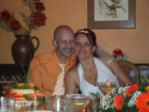 novomanželé v čele stolu