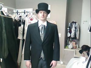miláček ve svatebním obleku .... žaket mu opravdu moc sluší :-), jen musí mít trochu delší rukávy, takže nám ho upraví ;-)