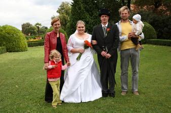 nevlastní bráška nevěsty s rodinou