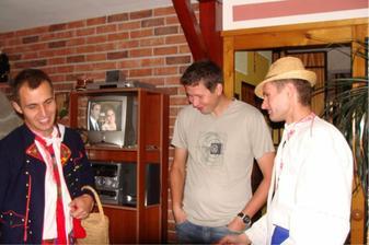 Lukáš a Jožka přišli ráno Peťovi svatbu rozmluvit a ukázat mu o co přijde :-)