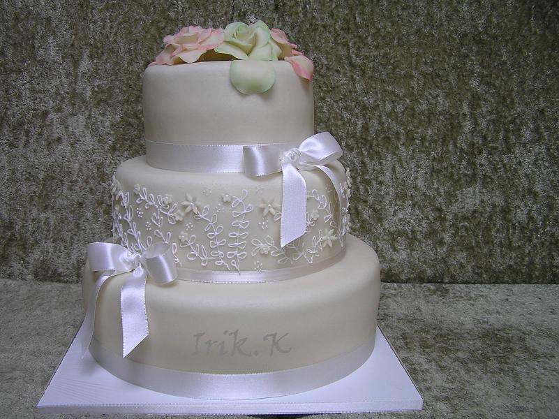 Co už máme :) - dort kulatý, bílý, jen s fuschsiovými mašlemi a bez toho marcipánu nahoře