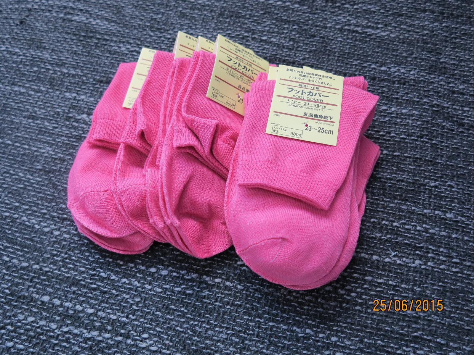 Co už máme :) - můj drahý krom motýlu má konečně i ponožky :D teď ještě ten zbytek a může se ženit :D
