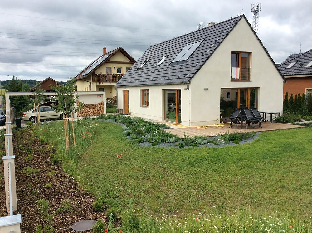 """Pasívny dom na samote pri lese - Mladý majiteľ mal túžbu postaviť si nízkoenergetický dom na pozemku, ktorý už dlhšie vlastnil. Od začiatku si tiež želal, aby bol dom murovaný: """"Nechcel som bývať v drevostavbe, chcel som jednoducho tehlový dom."""""""
