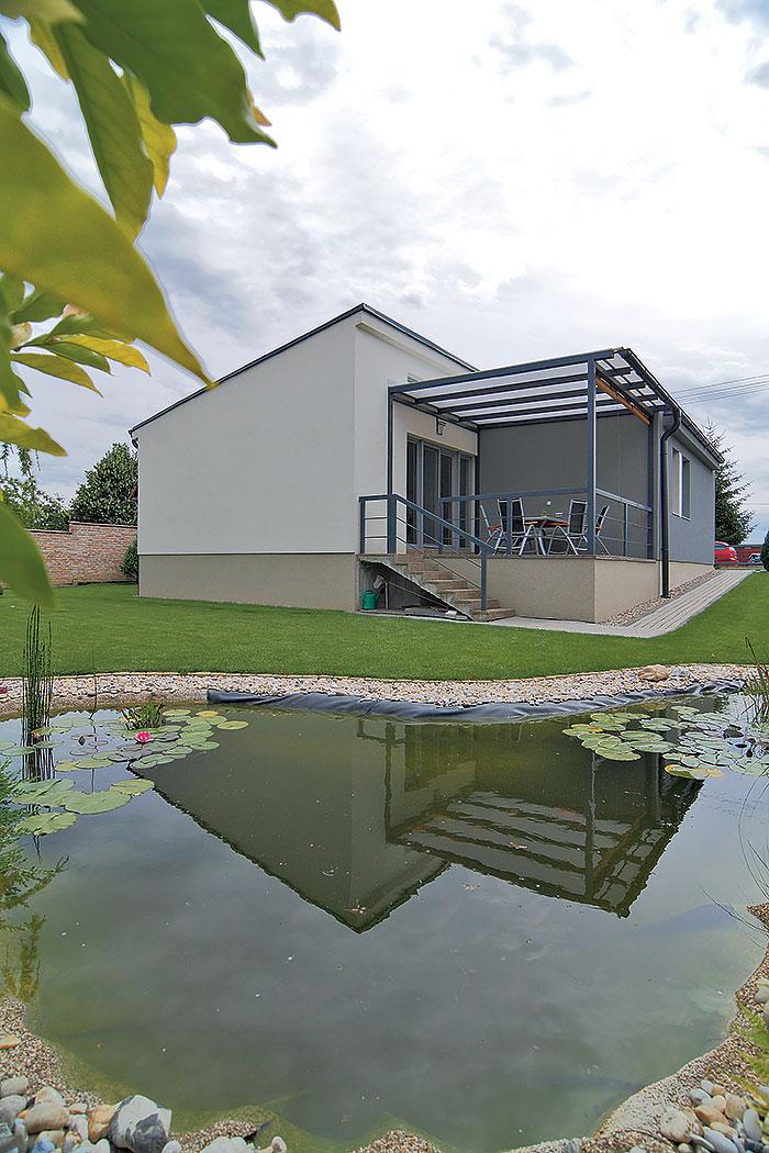 Pohodlie v murovanom bungalove - Domček je síce veľkosťou porovnateľný s väčším trojizbovým bytom, výhody rodinného domu mu však nikto neodškriepi.