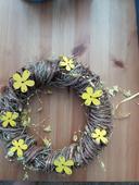Proutěný věnec se žlutými kytičkami,
