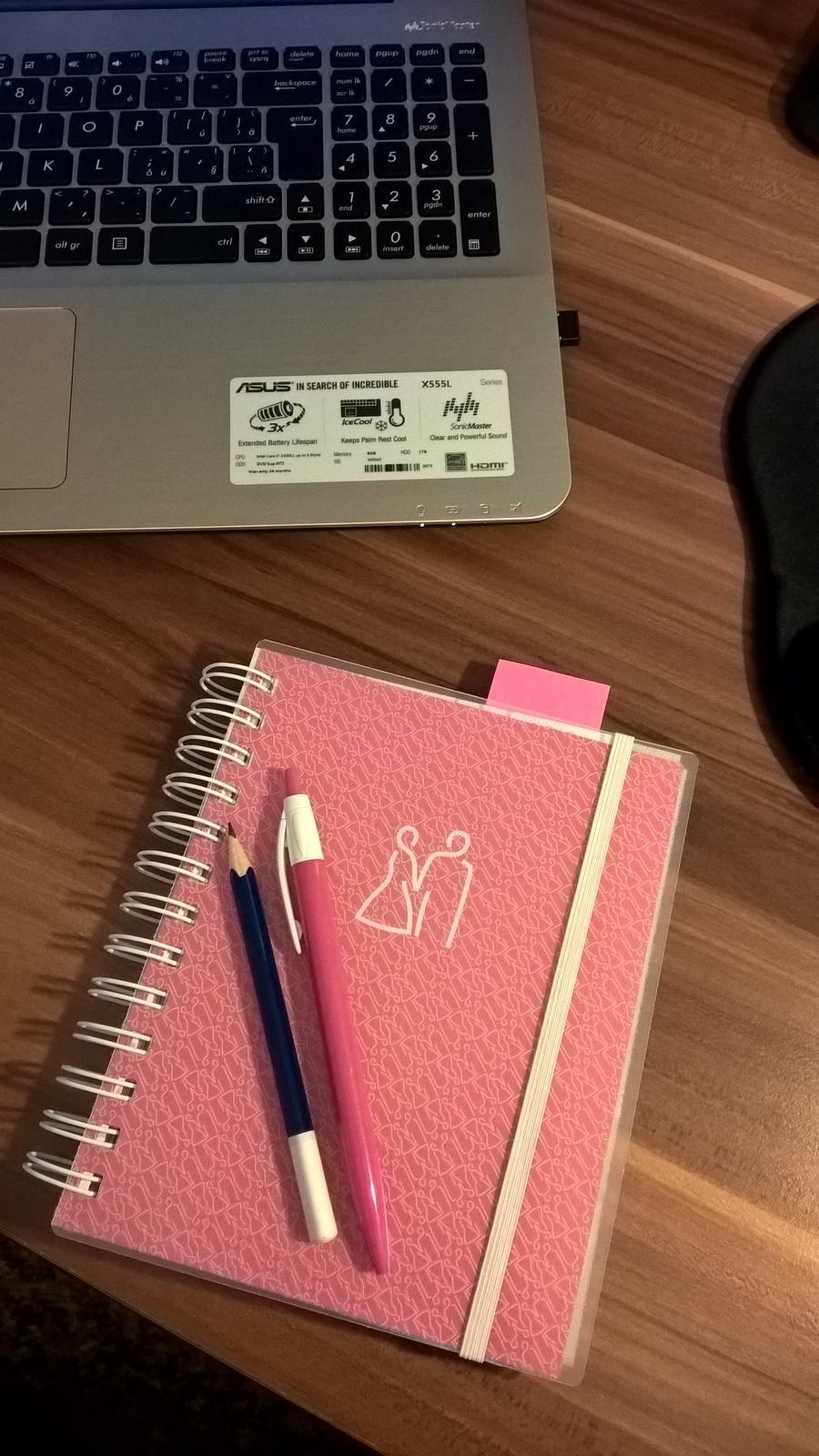Přípravy na náš velký den D. - Můj pomocník. Problém papírku ale neyvyřešen, stále jsou všude :).