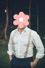 takhle by mohl vypadat můj budoucí manžel - v bílé košili, kšandy  a kalhoty ,vyhrnuté rukávy ...