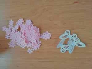 nejprve z papíru vyrazíme kytičky a motýlky (ušetří nám to práci)