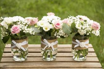 podobné kytice na stoly na svatební hostinu