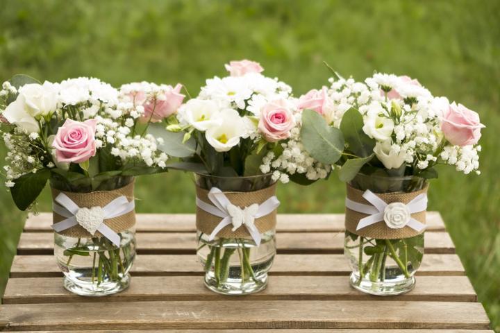 Co už máme - podobné kytice na stoly na svatební hostinu