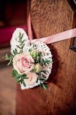 na židle podél uličky svatební