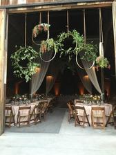 zevěšení u vchodu stodole, jen jiné květy-růže a eucalyptus
