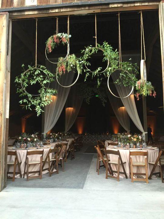 Co už máme - zevěšení u vchodu stodole, jen jiné květy-růže a eucalyptus