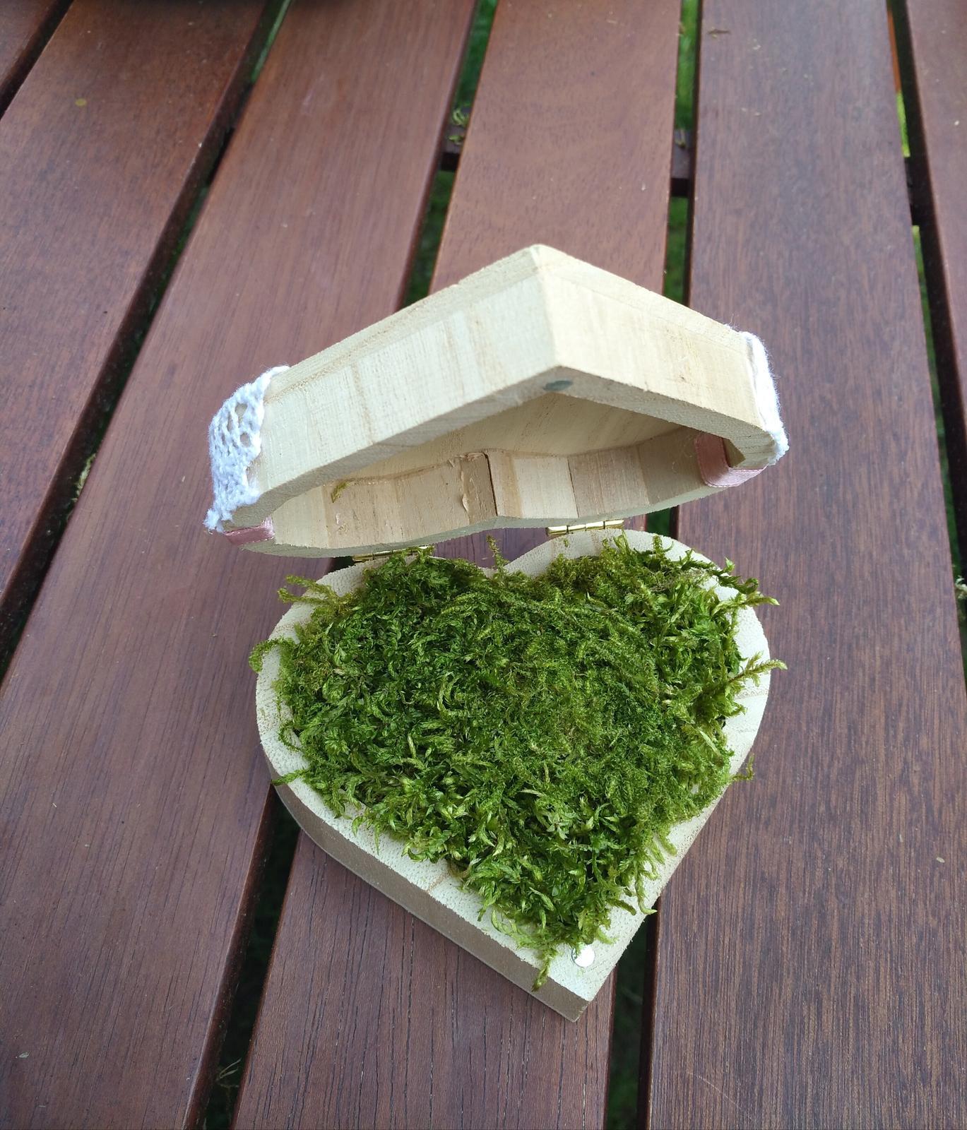 Moje svatební přípravy aneb DIY SVATEBNÍ NÁVODY - Krabičku vycpeme mechem a zapíchneme dva ozdobné špendlíky,pro efekt jsem vycpala dno aranžovaci hmotou,avy špendliky dobře držely