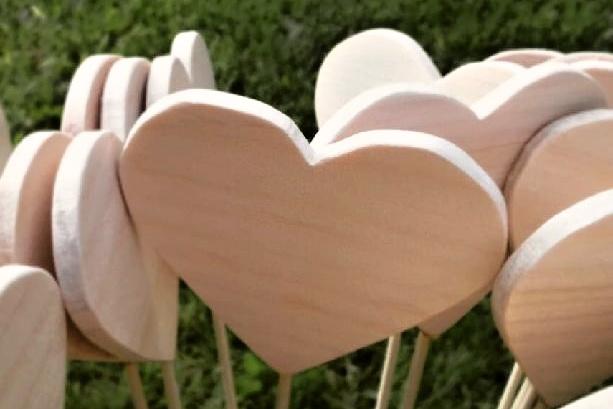 Už je hotovo :-) - dřevěná srdíčka na cestu k oltáři... vyráběl budoucí manžel a i já jsem vyřezávala :-)