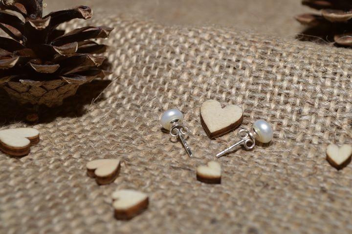 Už je hotovo :-) - Moje náušničky... vzhledem k docela zdobnému vršku šatů jsem zvolila pouze jednoduché pecičky s bílou říční perlou ... :-)