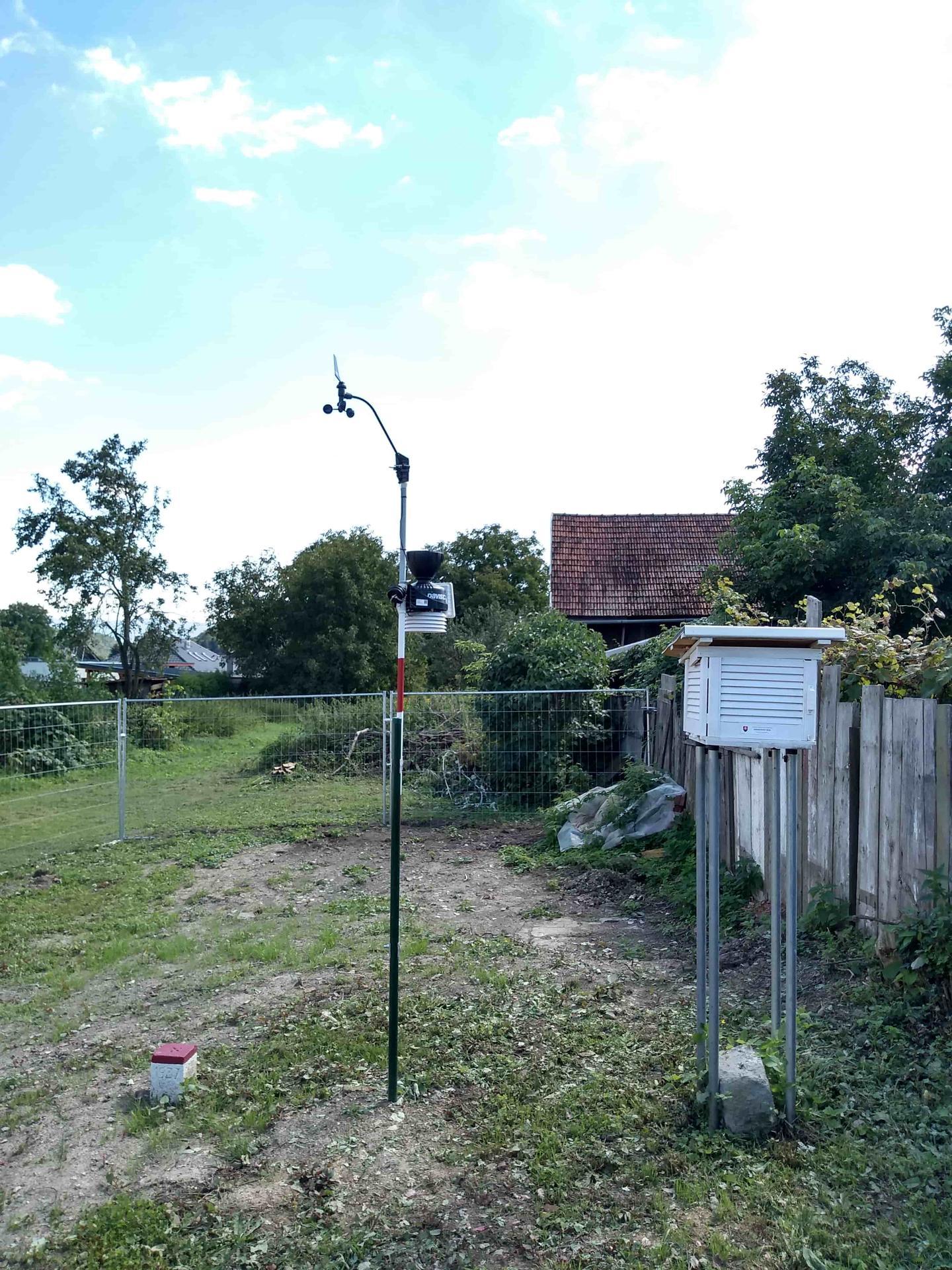 Meteorologická stanica pri dome, na záhrade