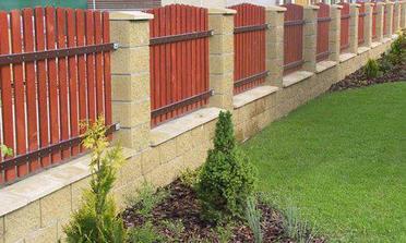 Takový plot - přesně můj styl, jen bych přetřela laťky na jinou barvu