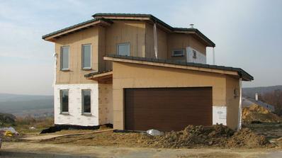 pribudla garazova brana, okna, komin, strecha
