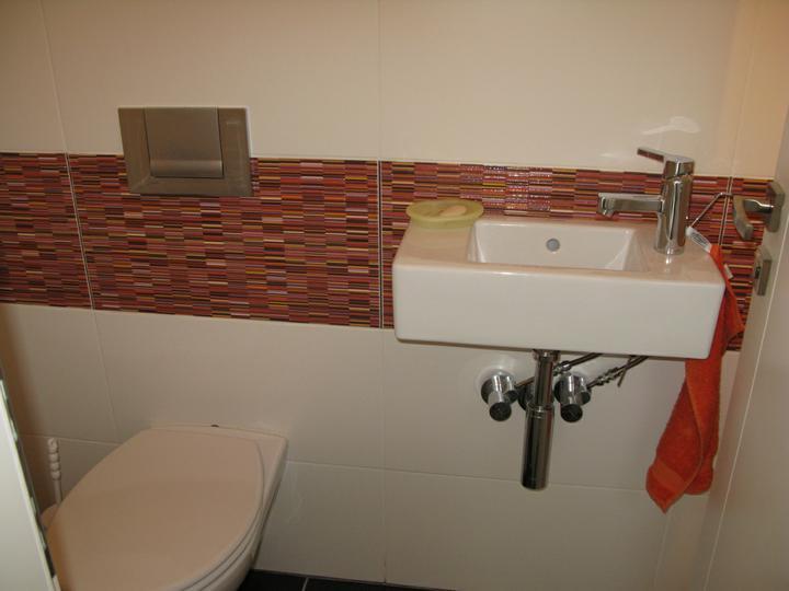 Nas dom - Hostovske wc dokoncene ale este bez doplnkov, 2009