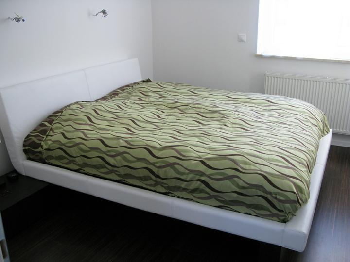 Nas dom - Spalna s novou postelou a zatial bez tapety 2010