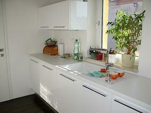 Kuchyna 2009 - este chyba sklenena zastena a policky napravo od okna