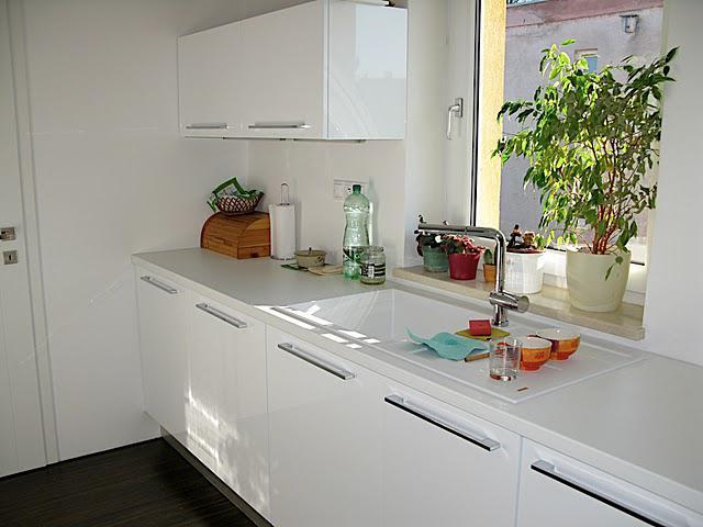 Nas dom - Kuchyna 2009 - este chyba sklenena zastena a policky napravo od okna