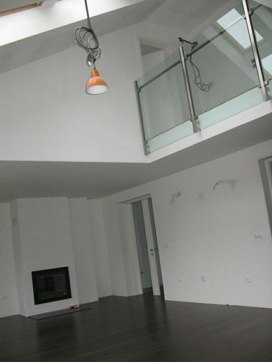Nas dom - Obyvacka s galeriou a dverami, r. 2009