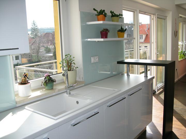 Nas dom - Hotova kuchyna so sklenenou zastenou