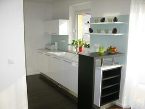 Kuchyna nov 2011 (tie prazdne police na vino su docasne prazdne kvoli nasmu malemu synovi :)