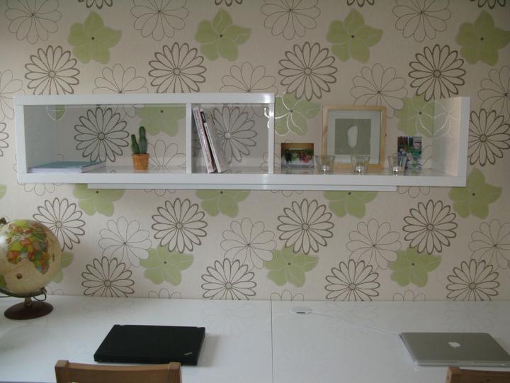 Nas dom - Policka v pracovni s perfektne riesenym osvetlenim stola, 2011