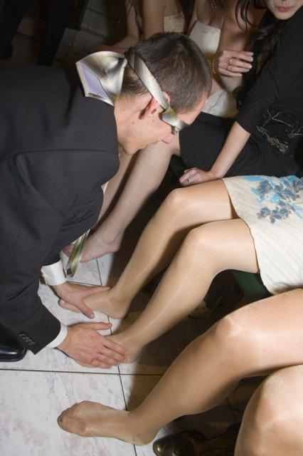 Ľubka{{_AND_}}Michal - uhadne ktora noha je moja?chalan uhadol az sa divim :)