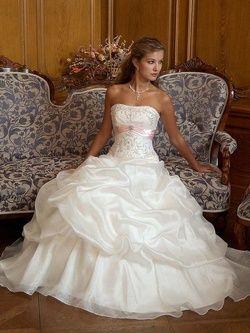 Bára a Jirka - příprava svatby 9.9.2009 v Chodově u KV - Taky krásný, ale nakonec se mi šijou jiný :-))