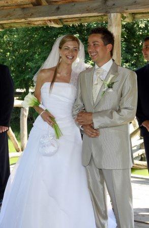 Bára a Jirka - příprava svatby 9.9.2009 v Chodově u KV - Máme stejný oblek jako Petr Bende :-)