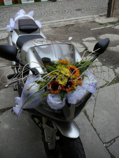 Bára a Jirka - příprava svatby 9.9.2009 v Chodově u KV - Takhle nějak nazdobím motorku :-)