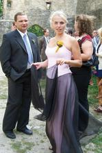 svědkyně nevěsty - sestřenice Věrka, paní matrikářka měla malé dilema při stříhání růžku na občance - nojo, když se sejdou Veronika Pavlíková a Věra Pavlíková, pro někoho je to oříšek :-)))