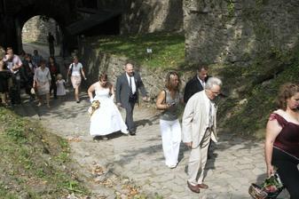 cesta hradem k místu obřadu dala některým zabrat