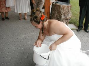 jojo, manžel se chopil metly a lopaty a nevěsta kyblíku...